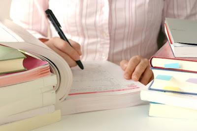 写真 「テキストに書き込みをして試験勉強に取り組む」