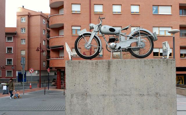Monumento a las motos Lube en Lutxana