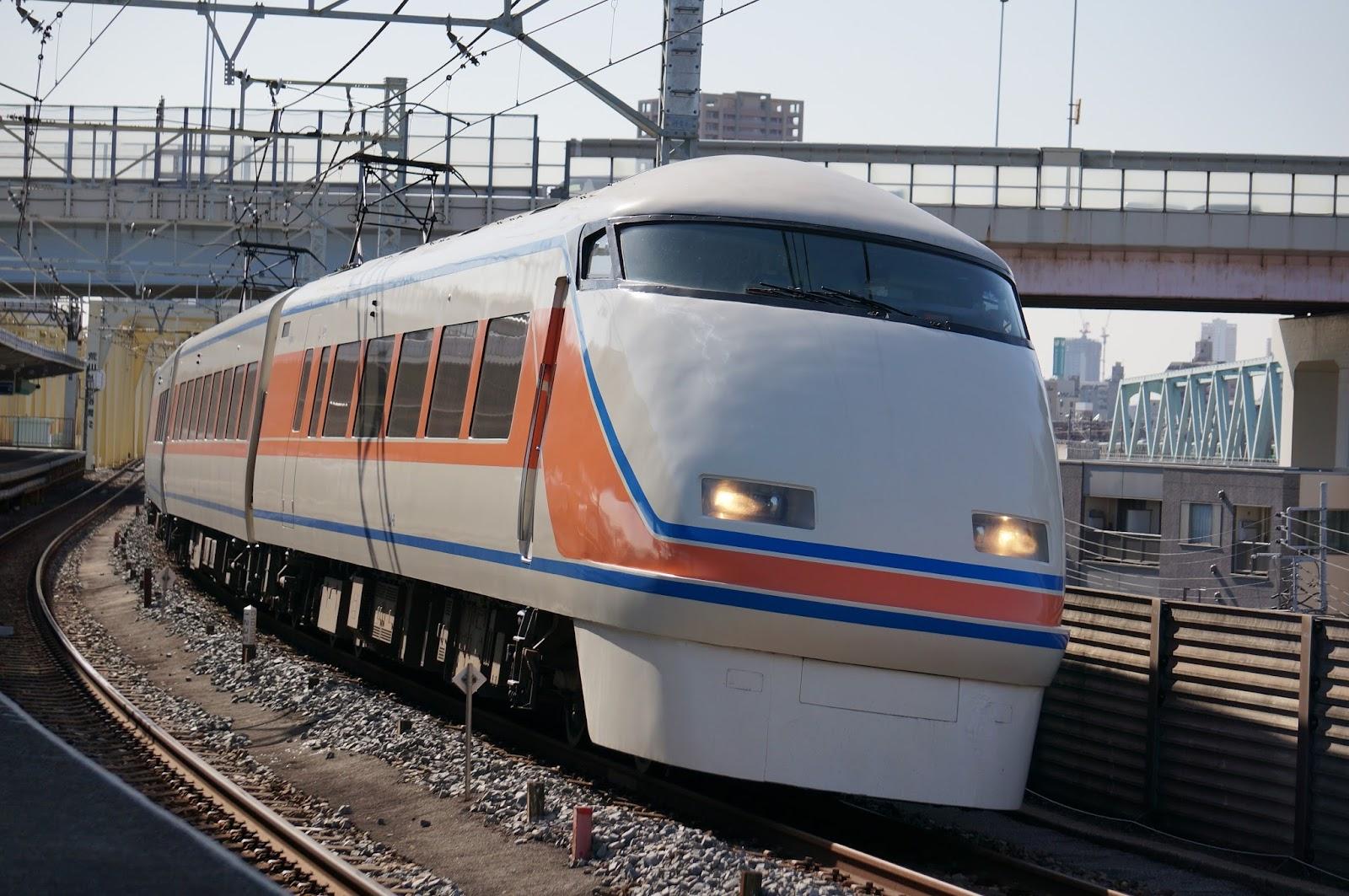 伊勢崎線小菅駅を通過する東武100系特急スペーシア