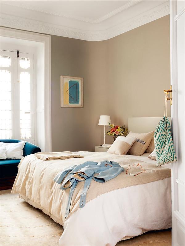 dormitorio color tostado con moldura en el techo chicanddeco