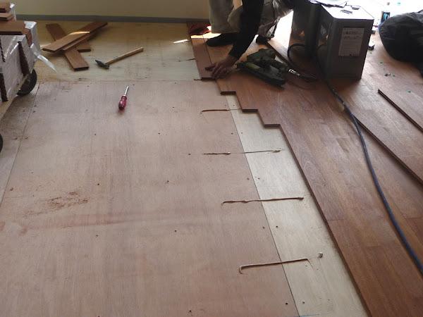 下地の上に床貼り