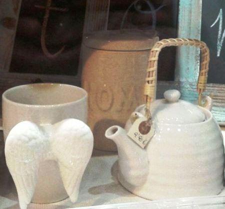 Tetera y tazón con alas y otros detalles de cerámica