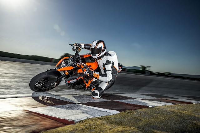 2015 KTM 1290 Super Duke R 01