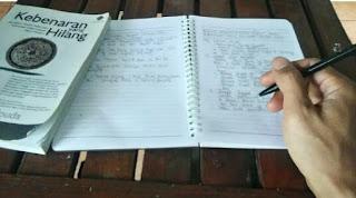 menyiapkan alat tulis untuk persiapan menulis artikel