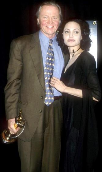 Foto de Angelina Jolie abrazando a su padre más joven