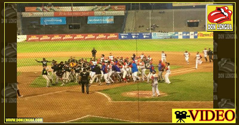 Tigres y Tiburones se cayeron a botellazos en el Estadio Universitario