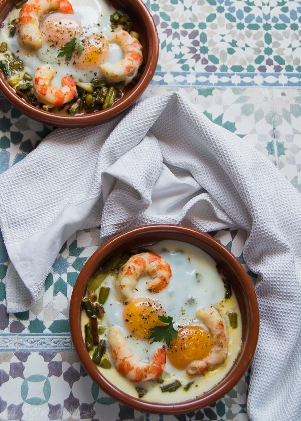 Huevos con gambones y revuelto de ajos tiernos y espárragos