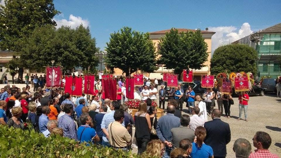 Una folla commossa partecipa ai funerali di Benito Giuliani