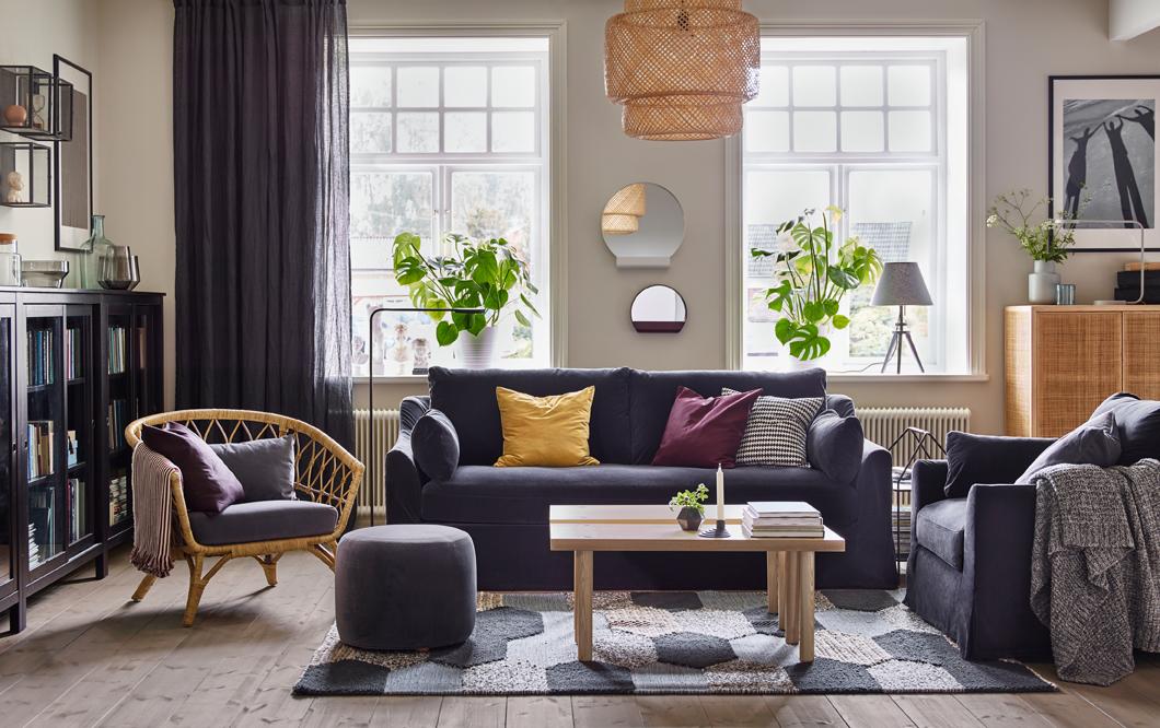 Un canapé moelleux avec des coussins colorés