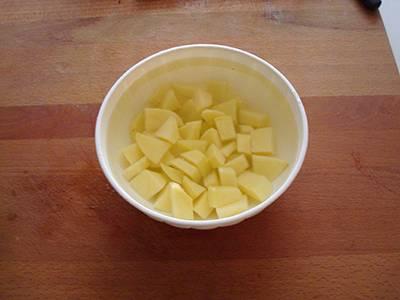 Tagliare a cubetti le patate e metterle in una ciotola con l'acqua fredda