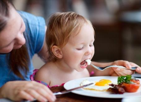 ¿Cuándo puede un bebé humano comer huevos con seguridad?