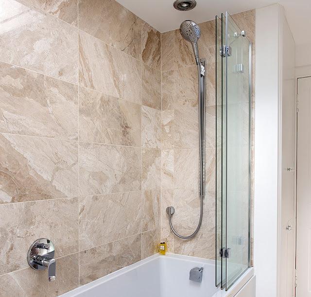 A folding bath screen