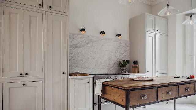 Великолепная серая кухня в обновленном интерьере григорианского таунхауса в Лондоне