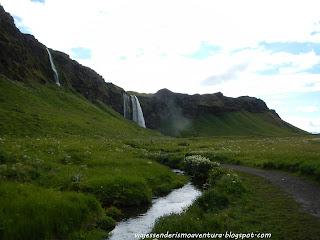 Vista desde el lateral izquierdo de la cascada de Seljalandfoss