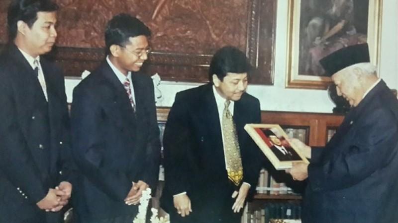 Setya Novanto menyerahkan buku Manajemen Soeharto kepada Presiden Soeharto di Cendana