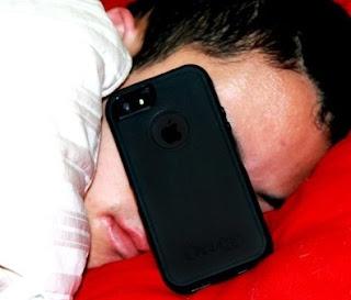 Dampak Tidur Dekat Ponsel yang Tidak Kamu Ketahui 2017