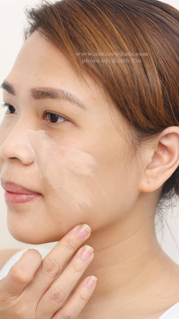 a photo on how to apply Max FactorX Miracle Match Foundation in Natural