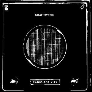 Carátula del Lp Radio-Activity de Kraftwerk (1975). La imagen muestra una especia de altavoz de color negro con dos potenciómetros.