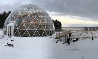 ΑΠΙΣΤΕΥΤΟ❗ Εξαμελής οικογένεια ζει μια άνετη ζωή στην Αρκτική μέσα σ΄αυτόν τον έξυπνο γυάλινο θόλο❗➤➕〝📷Εικόνες〞