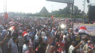 مواطنون يحتشدون امام المنصة, هتافات ضد الاخوان, المنصة,