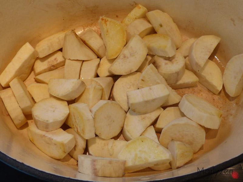 Faites revenir les cubes de patate douce dans la graisse de canard.