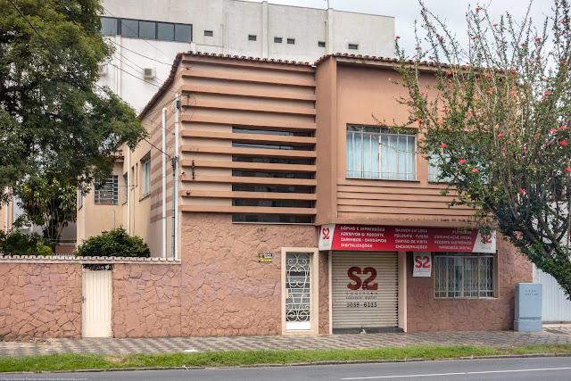 Casa na Rua Alferes Poli com desenho modernista.