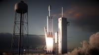 Wizje artystyczne. Rakieta Falcon Heavy odrywa się od wyrzutni startowej 39A w Centrum Kosmicznym Kennedy'ego na Florydzie i wznosi się w bezchmurne niebo nad Przylądkiem Canaveral. Credits: SpaceX