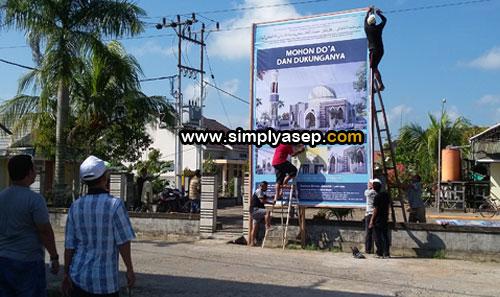 DEPAN MASJID : Satu Baliho lagi dipasang di depan gapura Masjid Babussalam Duta Bandara kemarin (11/3). Foto Asep Haryono