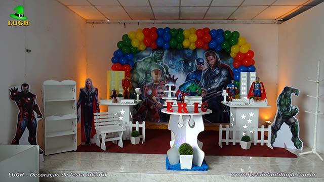 Mesa decorada Vingadores para aniversário infantil