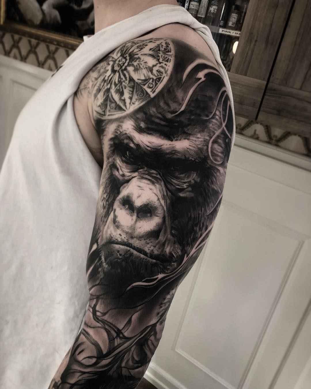 Vemos un tatuaje en blanco y negro de gorila