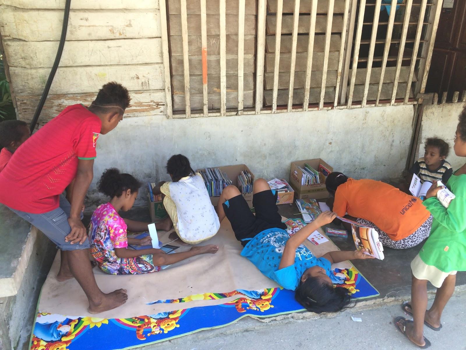 kurir buku untuk kaimana papua komunitas book for mountain