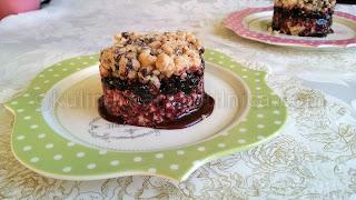 Сладкиш с бисквити, бял шоколад и сладко от боровинки - рецепта