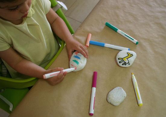 Manualidad infantil, pintar piedras y con piedras