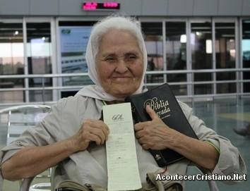 Mujer de 79 años evangeliza en los aeropuertos