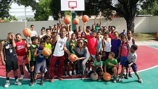 Directora regional 01 dona bolas de baloncesto a niños de la catedral en Barahona