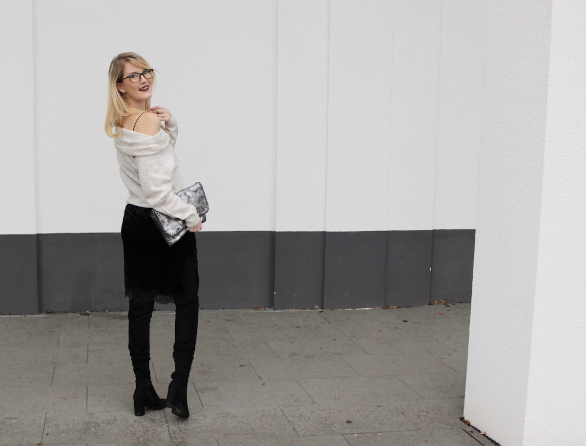 Fashion Blog Outfit Stuttgart Samtkleid Overknees Offshoulder Strick