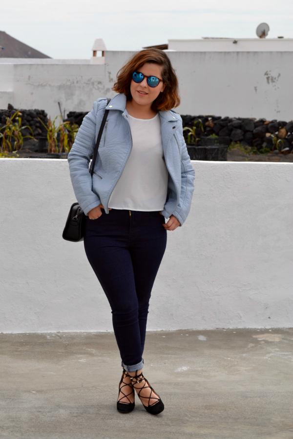 look_cazadora_azul_bebe_celeste_zapatos_cordones_zara_lolalolailo_01