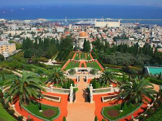 Jardines Baha'i desde su parte más elevada, con el mar de fondo y la bahía de Haifa