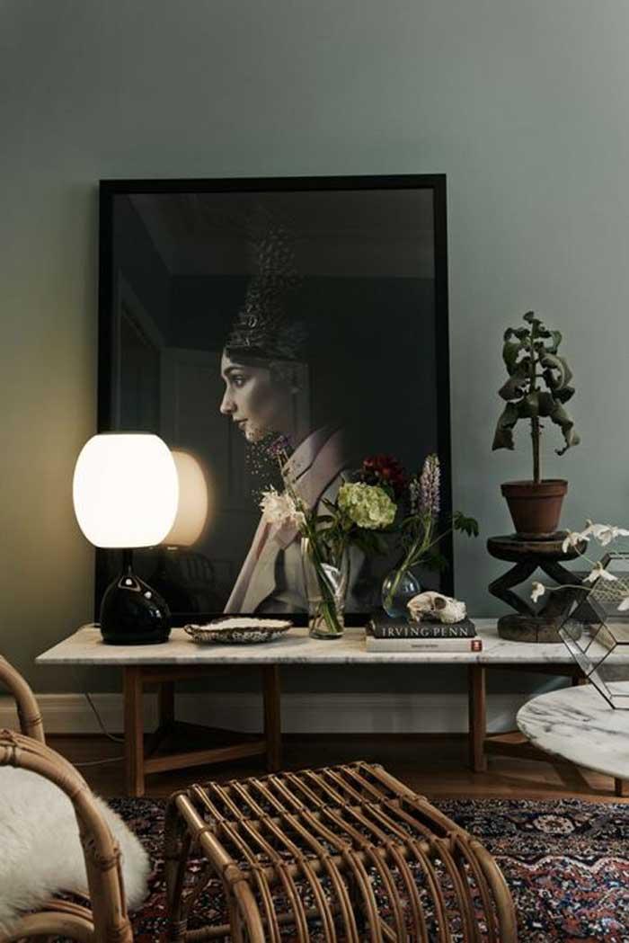 Retrato, consola de marmol y pared verde verde