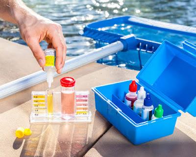 Medir pH e alcalinidade, testar a água da piscina