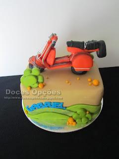 Bolo de aniversário com a scooter do Gabriel