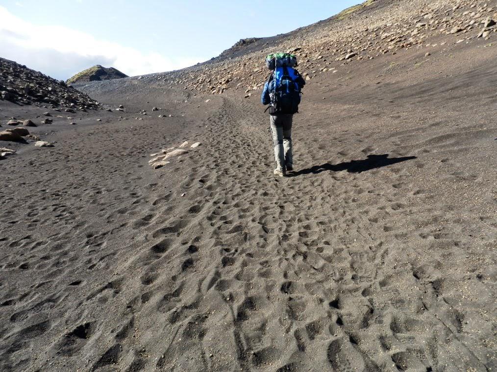 Lipe-en-los-campos-de-lava-durante-el-trekking-Laugavegur