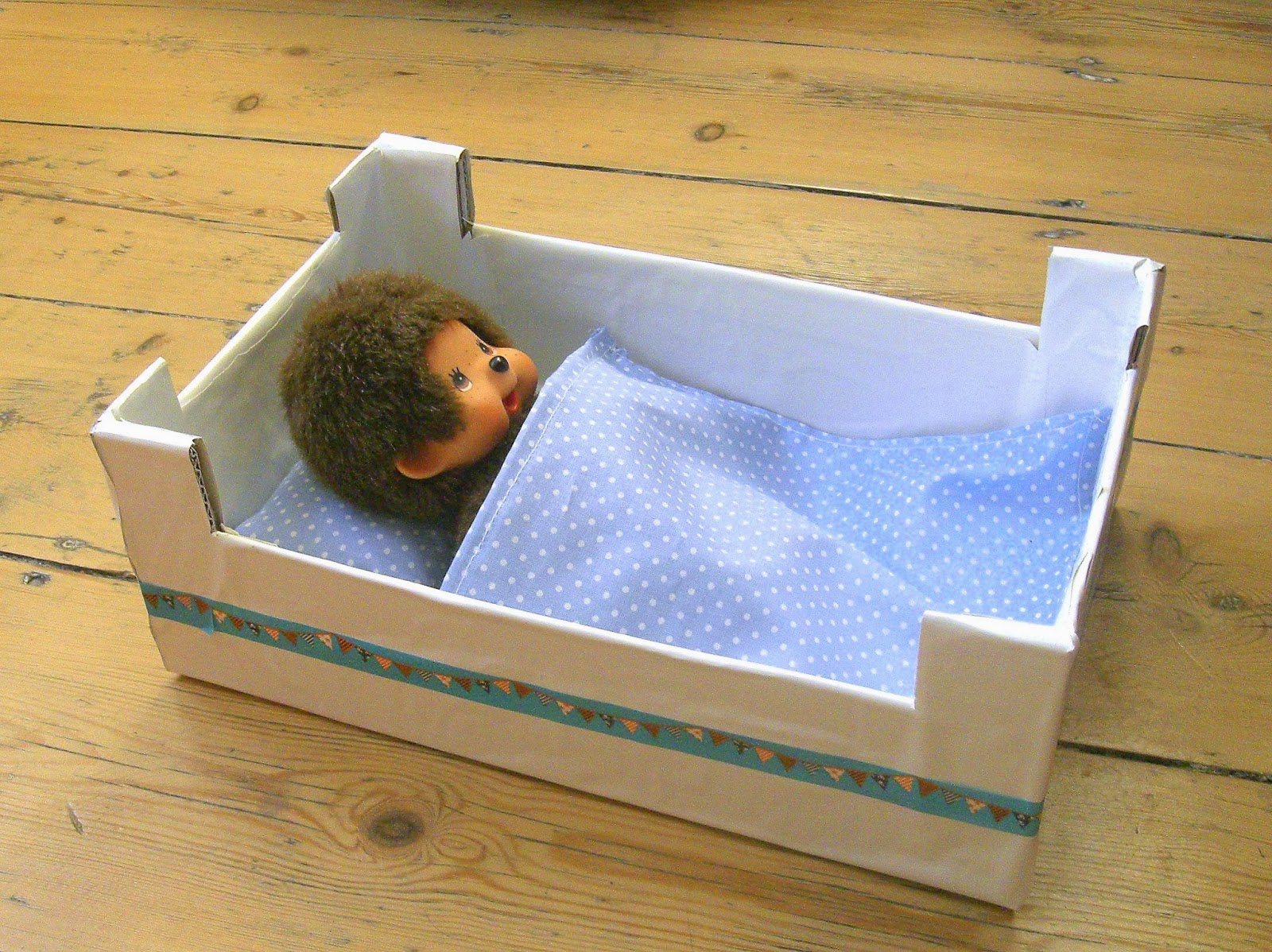 gabulle in wonderland la cagette en carton qui voulait devenir un lit pour doudou. Black Bedroom Furniture Sets. Home Design Ideas