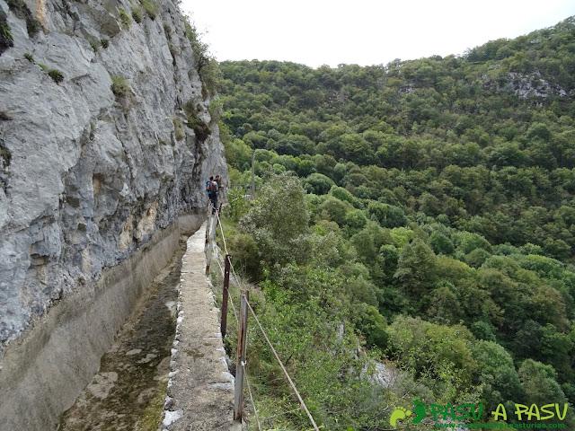 Canal de Reñinuevo: Sobre el muro de la canal de Reñinuevo
