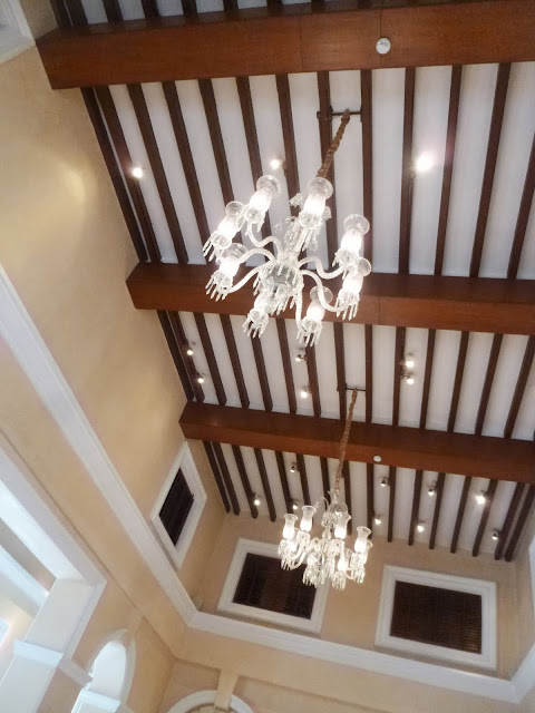 Falaknuma Palace Images: high ceilings and chandeliers at the restaurant