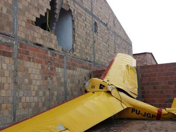 Avião cai e ocupantes em estado grave
