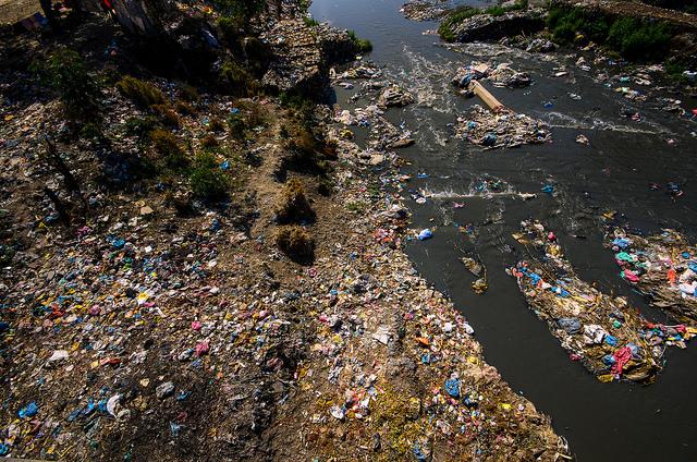 znečištěná_řeka_Kathmandu