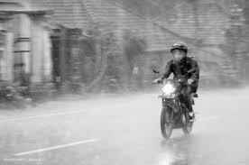 5 Tips Aman Berkendara Motor di Saat Kondisi Hujan
