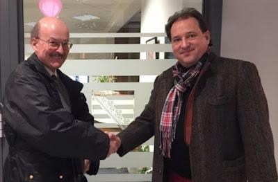 Dr. Peter Pitz (kiri) dan Jesko Präckert di depan Kantor Notaris, setelah menandatangani kontrak.