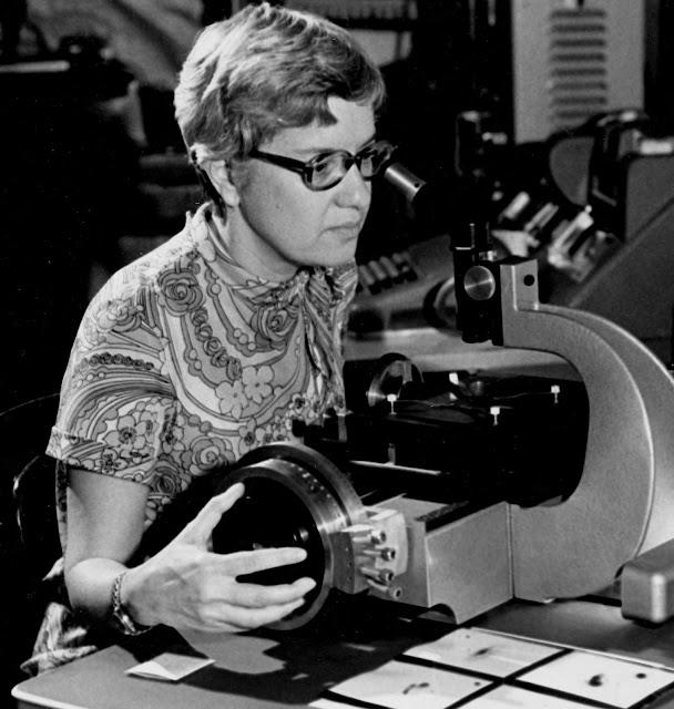 Bà Vera Rubin đang phân tích kết quả quan sát qua một công cụ hỗ trợ vào năm 1970. Hình ảnh: Carnegie Institution/AP.